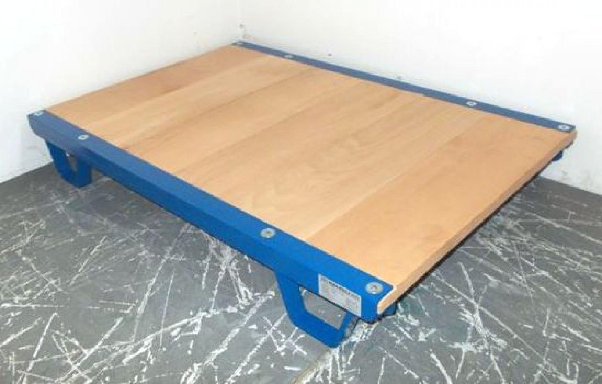 Stahlblechpalette mit Holzfläche